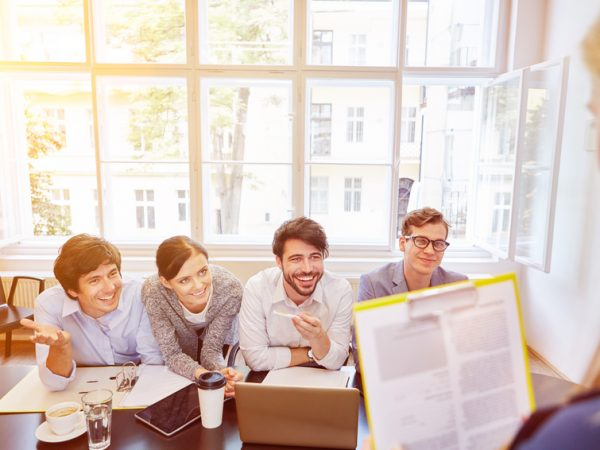 Junge Geschäftsleute im Start-Up bei Business Meeting